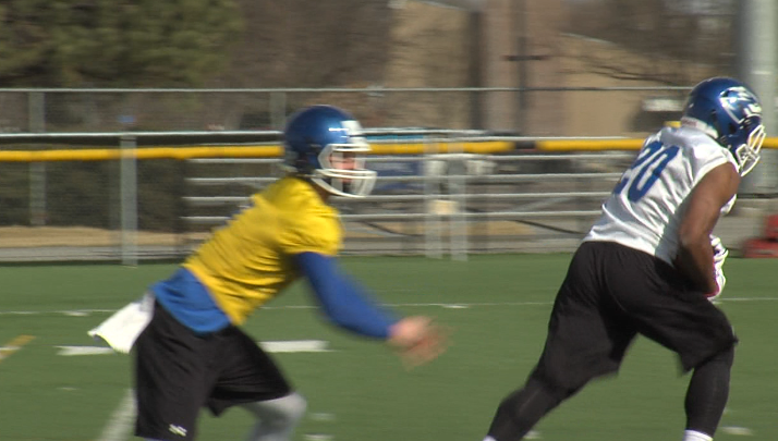 UNK running back Devontay LeFlore (20) takes a hand off from Alex McGinnis during practice at Ron and Carol Cope Stadium, March 13, 2017 (NTV News)