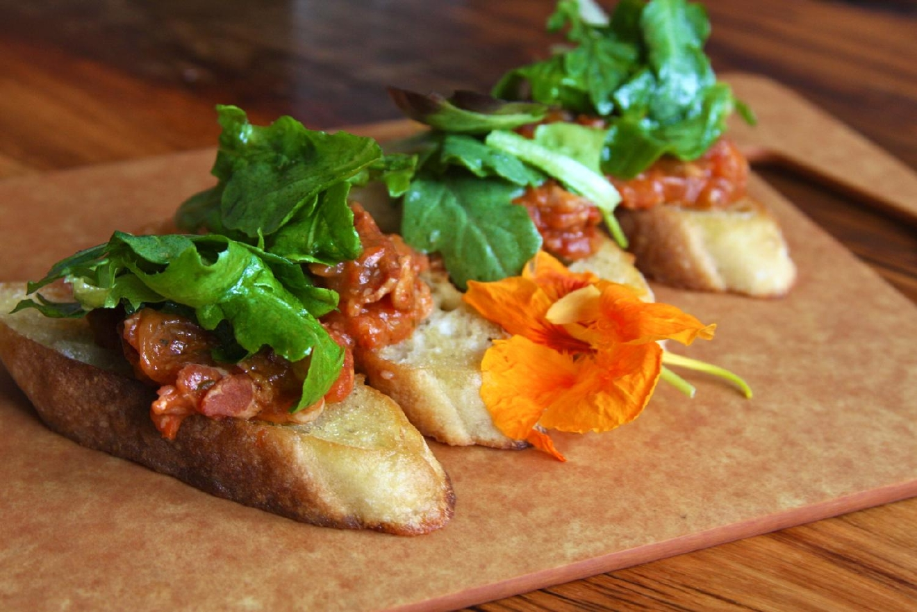 Bl-Teasers: French baguette, tomato bacon jam, and arugula / Image: Molly Paz