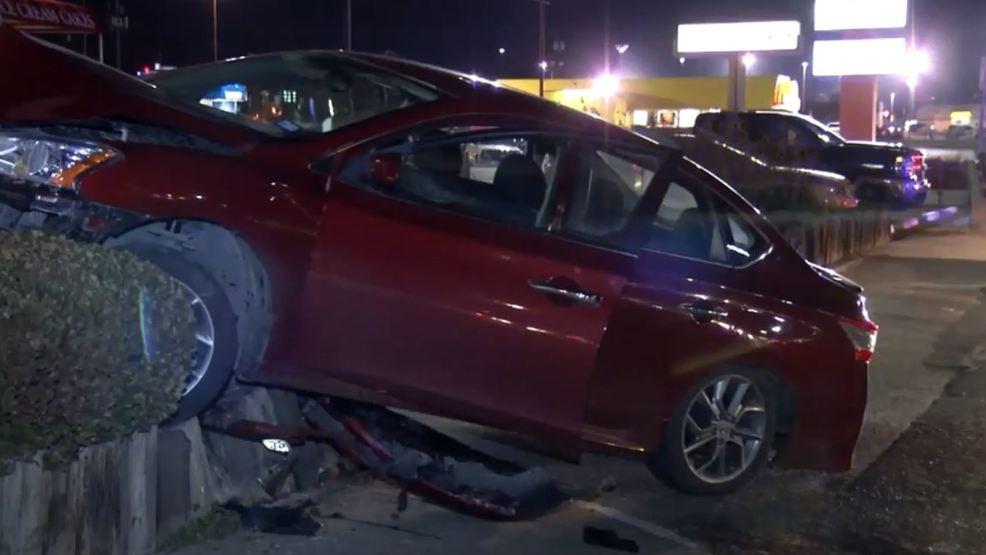 Car Crashes Into West El Paso Shopping Center Sign Kfox