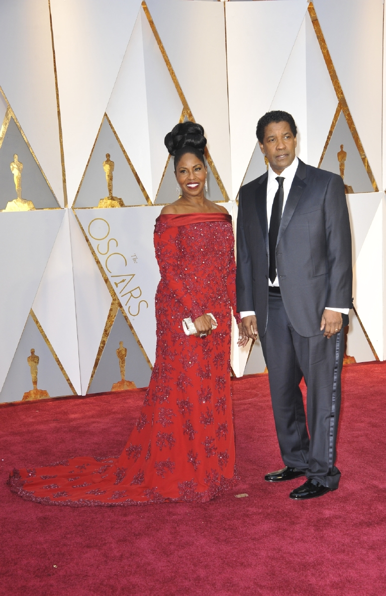 And here we see the man missing the mark. While Pauletta looks stunning in an off-the-shoulder red gown (and with hair on fleek!), her hubby Denzel looks frumpy in an ill-fitting Giorgio Armani suit. (Image: Apega/WENN.com)