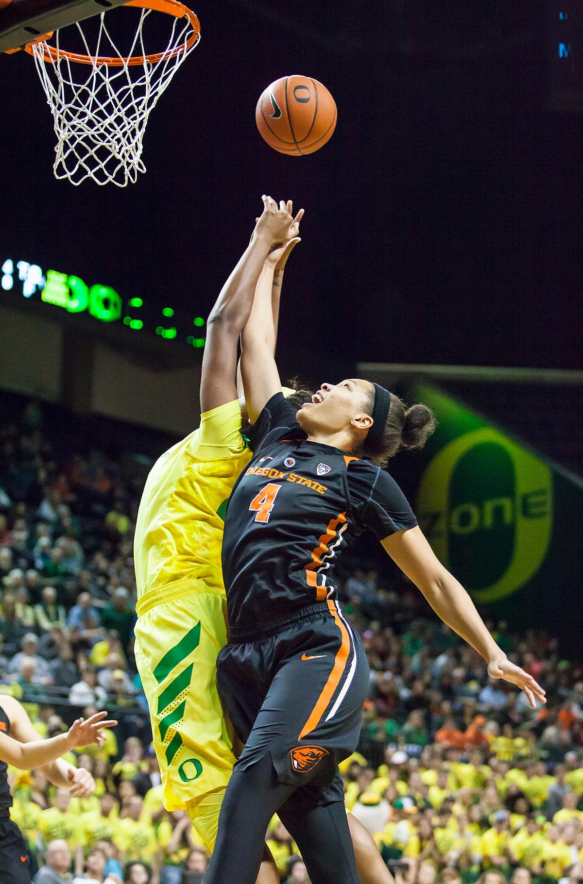 Oregon forward Ruthy Hebard (#24) and Oregon State center Breanna Brown (#4) jump to catch a rebounded ball. The Oregon Ducks lost 40 to 43 against the Oregon State Beavers after a tightly matched 4th quarter. Photo by Ben Lonergan, Oregon News Lab