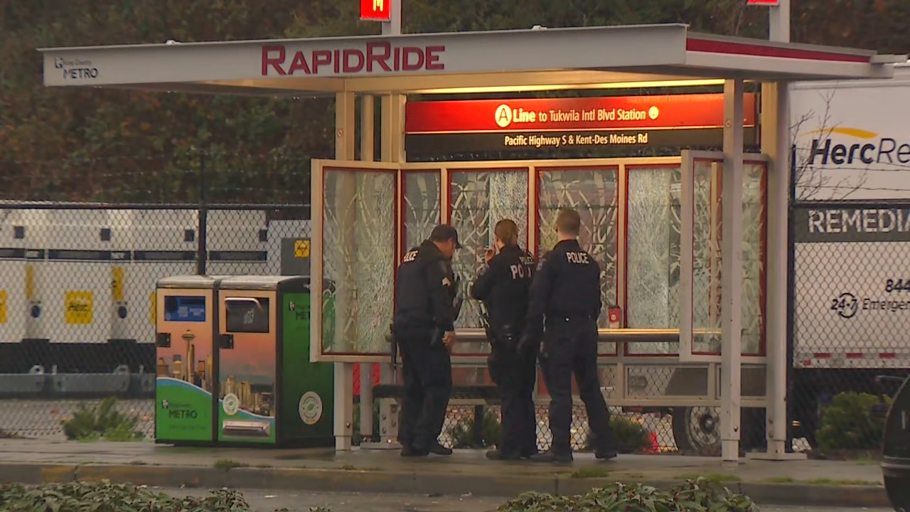 Police investigate a shooting at a Des Moines bus stop (KOMO Photo)
