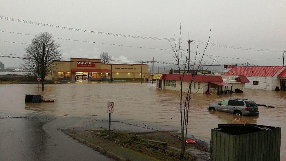 Heavy rains cause flooding in Oregon and Washington