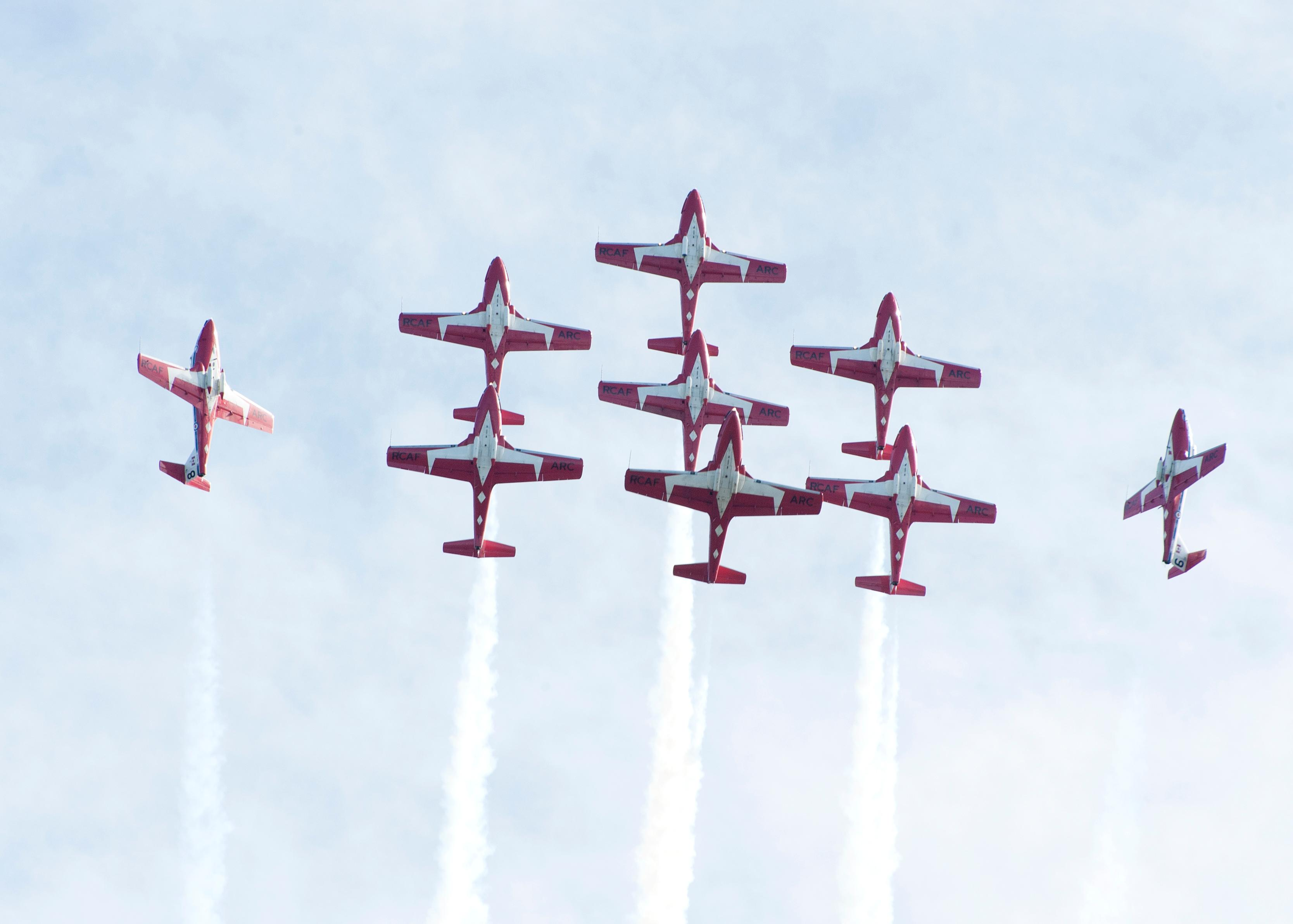 CX2015-0110-22The Canadian Armed Forces Snowbirds (431 Air Demonstration Squadron) perform over 19 Wing Comox during the acceptance show.The Canadian Armed Forces (CAF) Snowbirds (431 Air Demonstration Squadron) and The CAF CF-188 Hornet Demonstration Team are deployed to 19 Wing Comox, British Columbia, to complete training prior to the start of the 2015 Air Show season from the 15 to the 30 April 2015.Image: Sgt Halina Folfas, 19 Wing ImagingCX2015-0110-22Des avions Snowbird des Forces armes canadiennes effectuent des manuvres au-dessus de la 19e Escadre Comox lors du spectacle dinauguration.Les Snowbirds (431e Escadron de dmonstration arienne) des Forces armes canadiennes (FAC) et l?quipe de dmonstration de chasseurs CF188 Hornet sont dploys  la 19e Escadre Comox (Colombie-Britannique) pour effectuer une sance dentranement avant le dbut de la saison des spectacles ariens 2015, qui aura lieu du 15 au 30 avril 2015.Image: Sgt Halina Folfas, Imagerie de la 19e Escadre