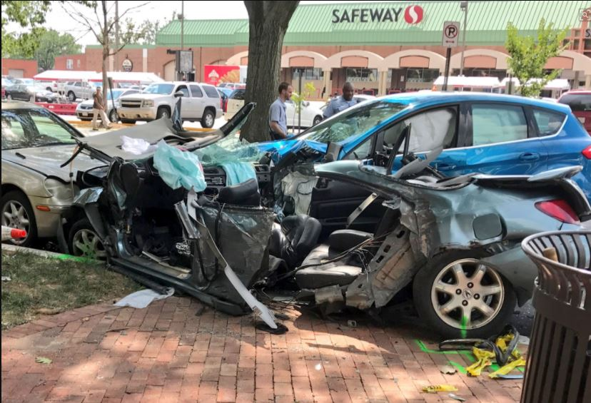 Carjacking in Md. ends in crash in DC; 2 arrested, 2 victims critically injured. (Kevin Lewis/ABC7)