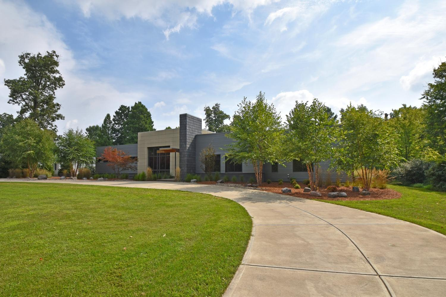 6400 Shadyglen Road is a contemporary ranch located in Indian Hill. It's on the market for $1,550,000. // Images courtesy of Michael Sweeney of Comey and Shepherd Realtors // Published: 1.11.18