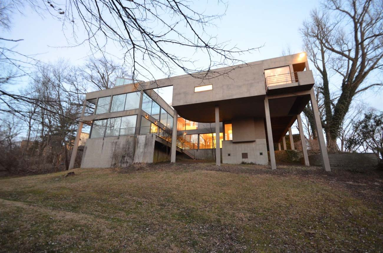 The Weston House, located at 2305 Salutaris Avenue in East Walnut Hills, is on the market for $1,347,288. Designed in 1984 and completed in 1986, the Weston House was built for Harris & Alice Weston, two of Cincinnati's greatest arts supporters. You've very likely seen the Weston name around town—they were founding patrons of the Weston Art Gallery at our Aronoff Center for the Arts. / Image courtesy of Cincinnati Modern // Published: 2.2.21